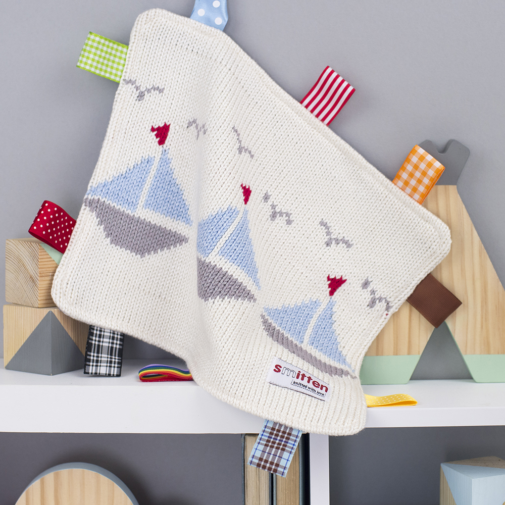 Boats knitted baby comforter cream
